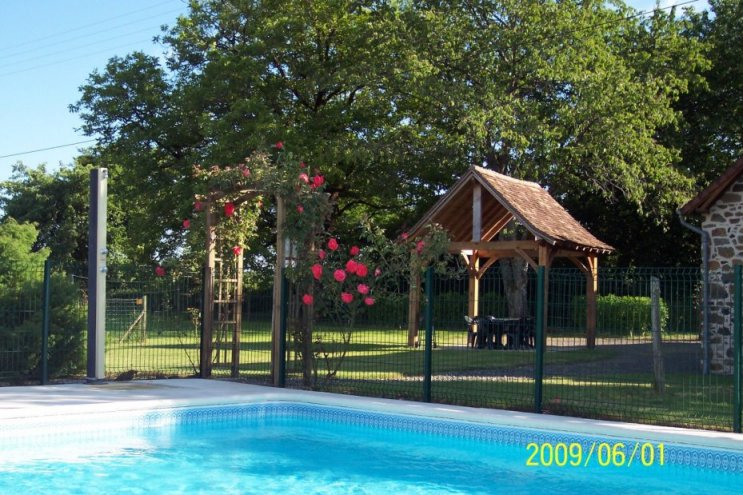 5-entree-piscine-gite-ferme-de-petrus.jpg