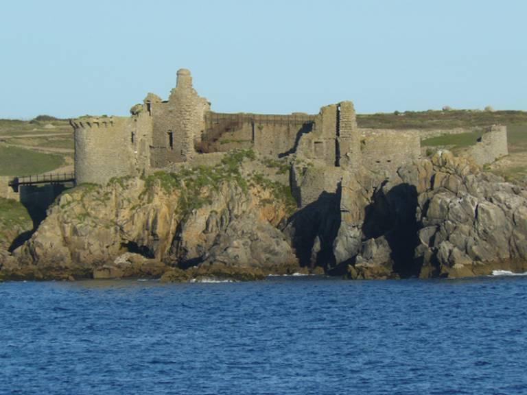 Vieux-chateau-iledyeu.jpg