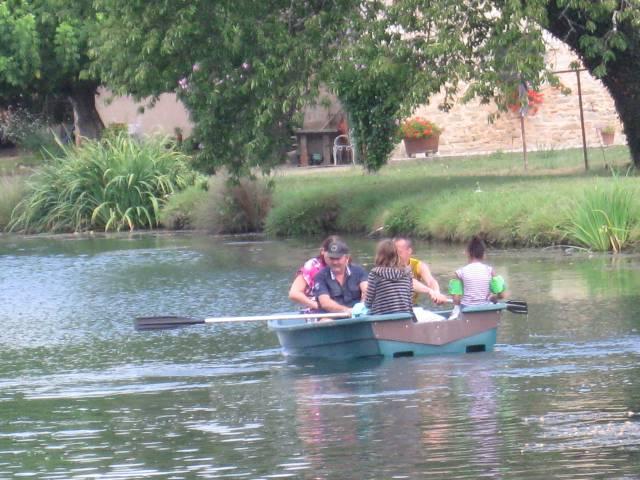 un-tour-avec-notre-barque-sur-le-canal.jpg